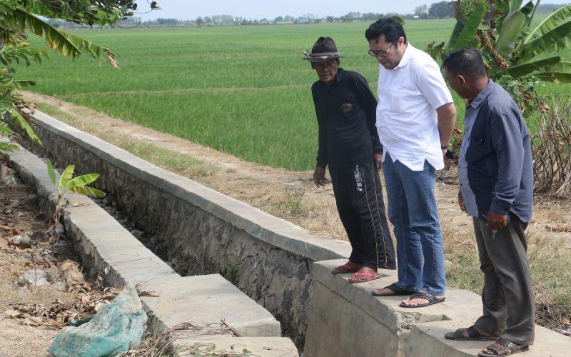 Ono Surono bersama Petani meninjau irigasi persawahan
